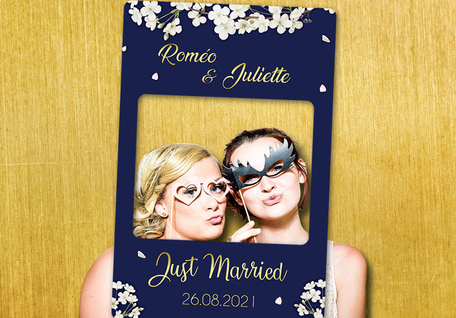 cadre-photobooth-personnalise-mariage-bleu-or-decoration-fleurs-blanches