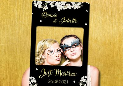 cadre-photobooth-personnalise-mariage-noir-or-decoration-fleurs-blanches