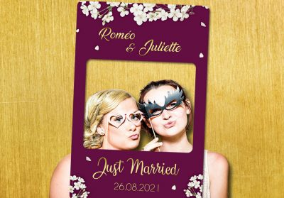 cadre-photobooth-personnalise-mariage-prune-or-decoration-fleurs-blanches